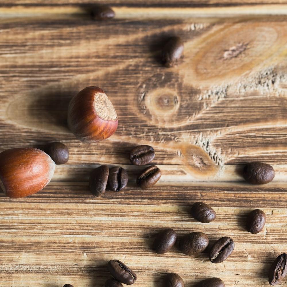 Grains de café et noisettes