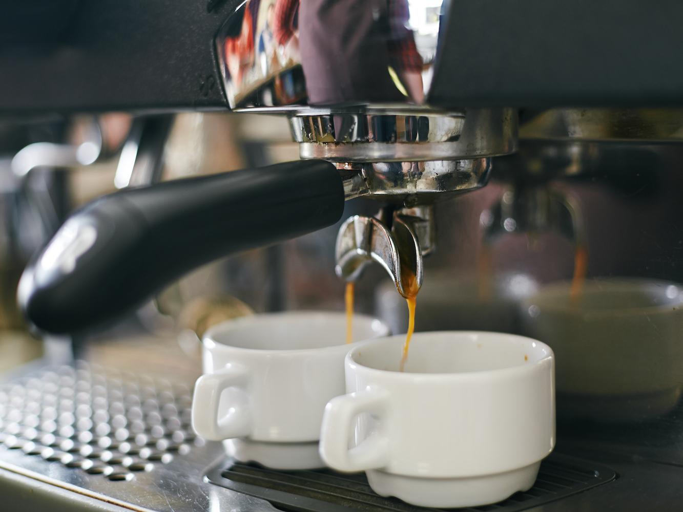 Verser le café Espresso dans deux tasses en porcelaine
