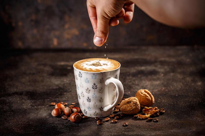Café latte avec noisettes
