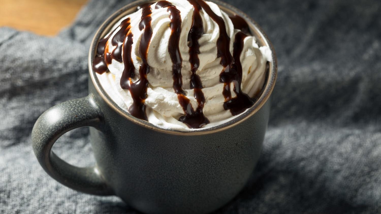 Café gourmand avec chantilly